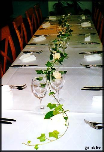Bordsdekoration med murgröna - BröllopsGuiden